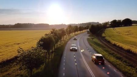 Suécia testa estrada que carrega veículos elétricos em andamento